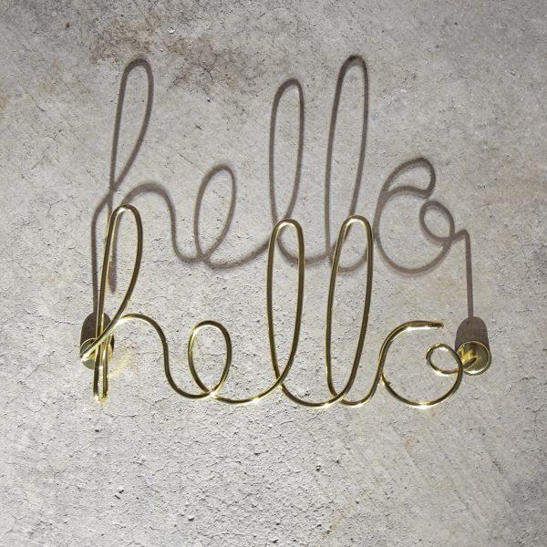 metalowy napis HELLO na ścianę kolor miedziany