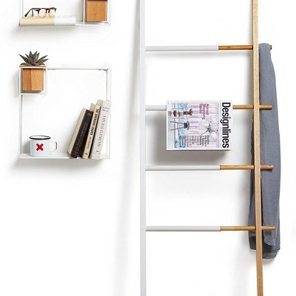 biała półka cubist umbra w aranżacji z dużą półką