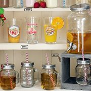 szklany słoik na napoje z kranem, na drewnianym stojaku