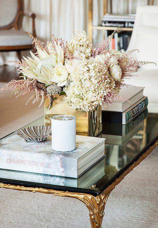 aranżacja stolika kawowego przy pomocy książek