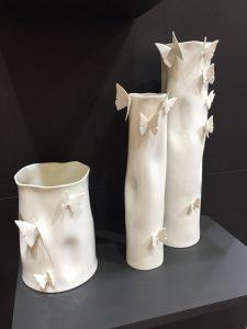zestaw różnej wielkości ceramicznych wazonów z motylami. ComingB