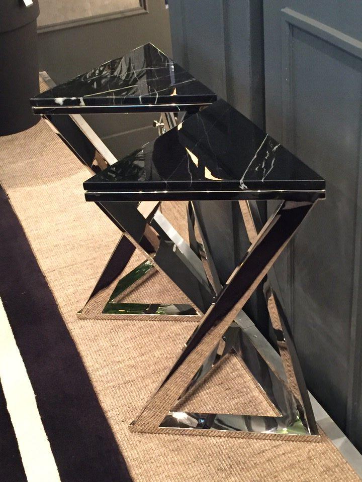 stoliki pomocniczy ze skręconą podstawą ze stali, z marmurowym czarnym blatem