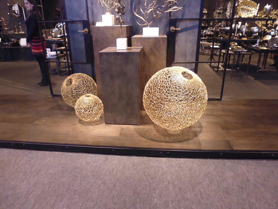 układ podłogowych, złotych kul do dekoracji wnętrz.