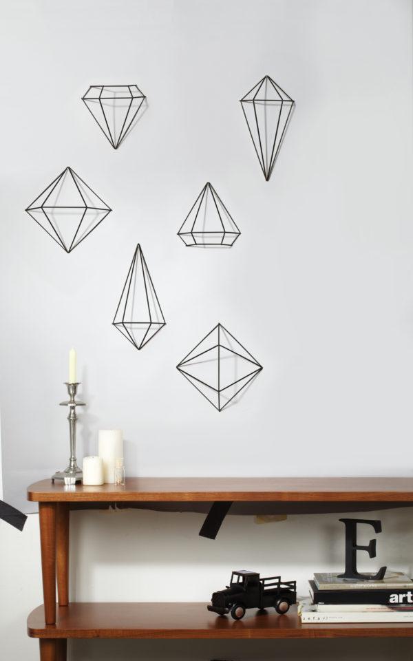 czarne dekoracje na ścianie
