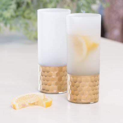 szklanki z mrożonego szkła z młotkowaną miedzią
