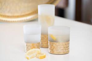 wysokie szklanki z mrożonego szkła z młotkowaną miedzią