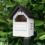 WG251 drewniany domek dla ptaków w ogrodzie na słupku
