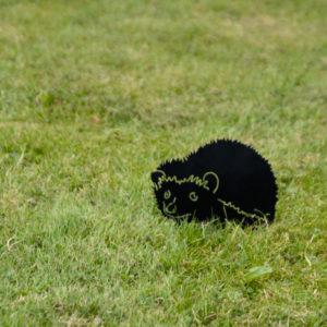 metalowy jeż na trawniku